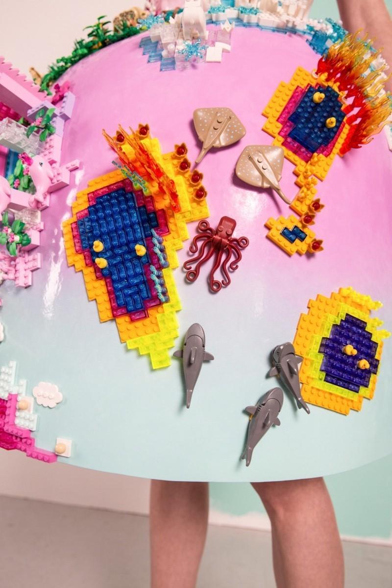 Marina Hoermanseder entwirft Kleid aus LEGO-Steinen