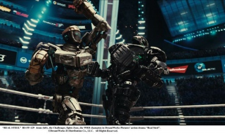 """""""REAL STEEL""""  RS-FF-129  Atom (left), the Challenger, fights Zeus, the WRB champion in DreamWorks Pictures' action drama """"Real Steel"""".  ©DreamWorks II Distribution Co., LLC. All Rights Reserved."""