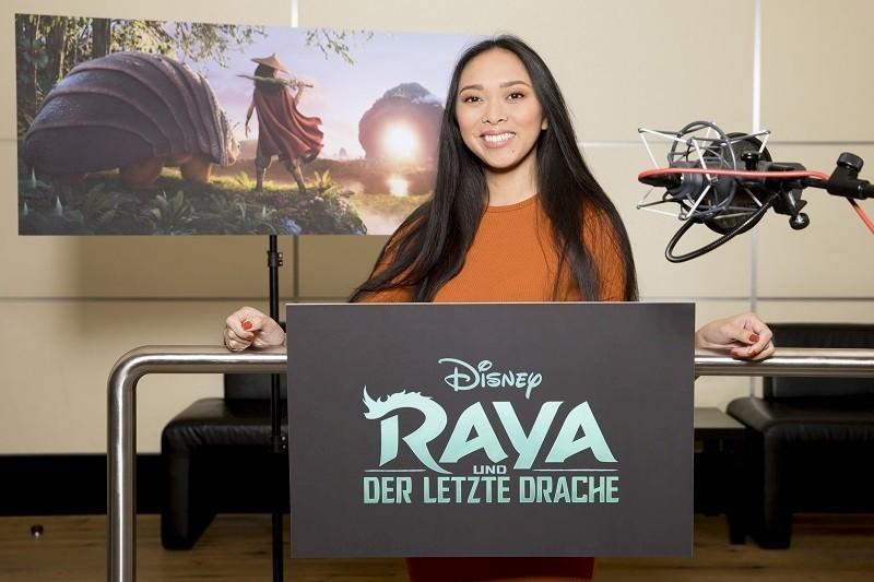 HelloChrissy spricht Raya